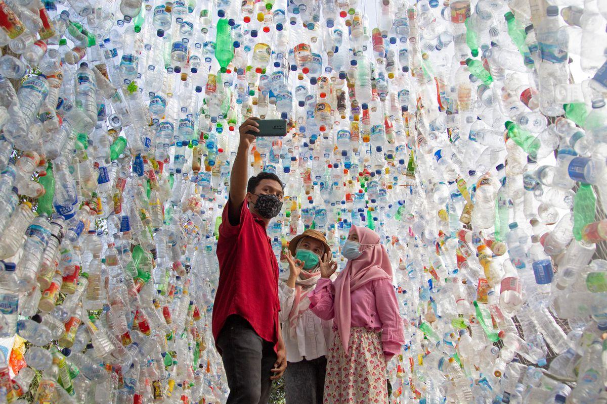 Hôm 28/9, khách selfie tại Terowongan 4444 (Đường hầm 4444) được xây dựng bằng chai nhựa thu thập từ các con sông quanh thành phố trong vòng 3 năm.