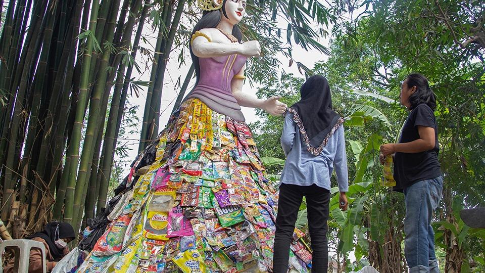 Trung tâm khu triển lãm là bức tượng nữ thần thịnh vượng Dewi Sri của người Indonesia. Chiếc váy dài của nữ thần được làm từ những bao bì nhựa sử dụng một lần. Ảnh: CGTN