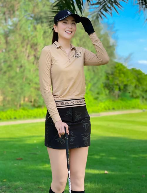 Mai Ngọc dành thời gian rảnh rỗi để chơi golf vì đây là bộ môn thể thao giúp đốt cháy năng lượng, giữ vóc dáng săn chắc, quyến rũ. Dù đi công tác hay du lịch, người đẹp cũng tranh thủ đến các sân tập. Trên Facebook, cô từng check-in ở các sân golf khắp ba miền.
