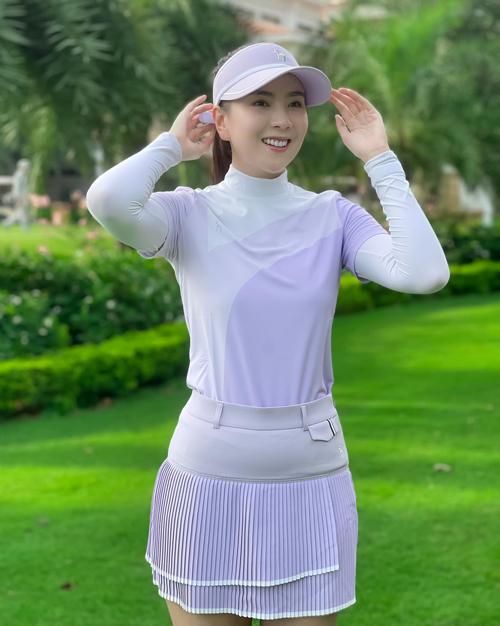 Gu thẩm mỹ tinh tế được thể hiện rất rõ trên những bộ đồ chơi golf phối ăn ý từ trang phục đến phụ kiện của hot girl đời đầu.