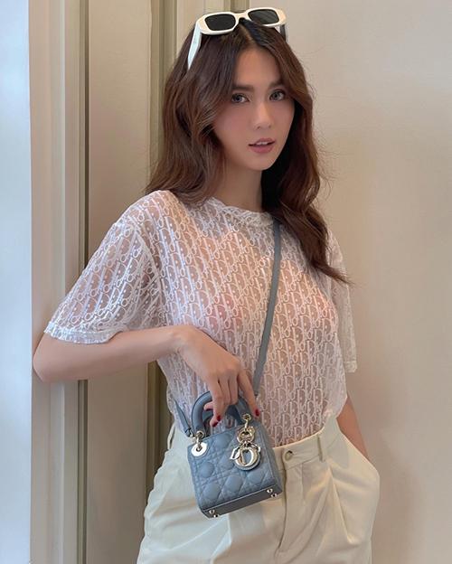 Ngọc Trinh mua ba mẫu túi Lady Dior Micro với các màu khác nhau để thoả sức mix đồ.