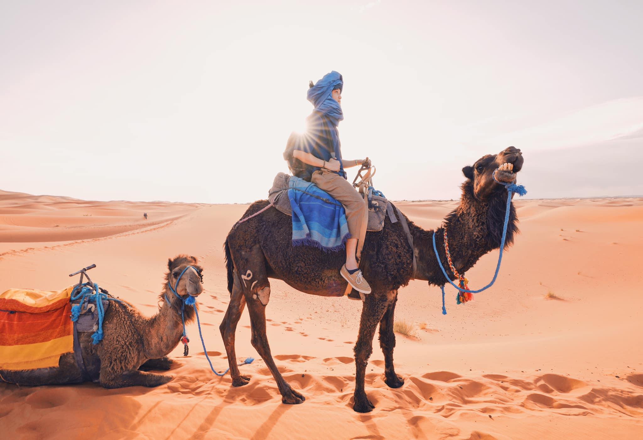 Quang Vinh ngắm hoàng hôn trên sa mạc Sahara năm 2019.