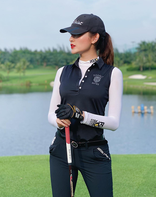 Là một tín đồ của bộ môn thể thao được mệnh danh dành cho giới quý tộc, Huyền My rất chăm chỉ ra sân tập luyện. Bất kể ngày nắng hay mưa, Á hậu Việt Nam 2014 cũng đều đặn khoe dáng trên sân golf.