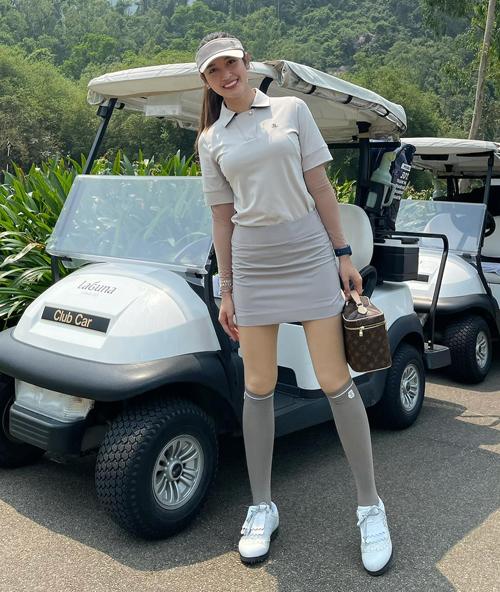 Mỹ nhân Hà thành chuộng những kiểu áo ôm dáng phối chân váy ngắn trẻ trung, khoe đôi chân thon thả. Trang phục chơi golf được Huyền My phối ton-sur-ton từ quần áo đến phụ kiện.