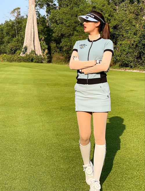 Vốn là mỹ nhân sành điệu của Vbiz, Huyền My đầu tư quần áo khi đi chơi golf rất đẹp mắt. Sân tập biến thành sàn diễn thời trang cho người đẹp khoe những bộ cánh chỉn chu từ đầu đến chân.