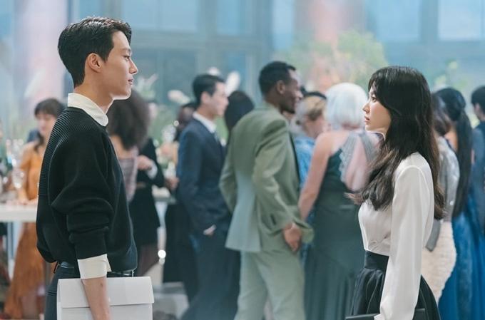 Ở tuổi 40, nữ diễn viên nhỏ nhắn và trẻ trung khi diễn cặp Jang Ki Yong. Bạn diễn kém cô 11 tuổi vào vai nhiếp ảnh gia tự do, người được miêu tả nổi trội cả ngoại hình và trí tuệ. Lần thứ hai đóng cặp đàn em kém nhiều tuổi, Song Hye Kyo được kỳ vọng tạo nên phản ứng hóa học ngọt ngào.