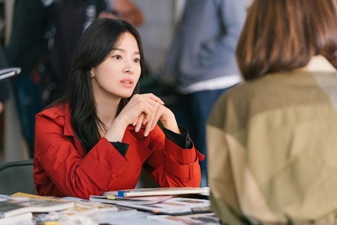 Sau hai năm ly hôn, Song Hye Kyo trở lại  màn ảnh với vai chính trong Now, We Are Breaking Up. Cô khắc họa nhân vật Ha Young Eun, người quản lý đội thiết kế của một thương hiệu thời trang lớn, một phụ nữ thành đạt, thông minh.