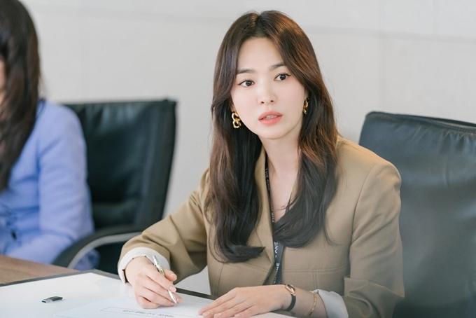 Thể hiện hình ảnh phụ nữ ngoài 30 năng động trong sự nghiệp và thực tế trong tình yêu, Song Hye Kyo được khen có gout thời trang sành điệu. Trong các hình ảnh đầu tiên của phim, cô chọn những set đồ văn phòng sang trọng, lịch sự nhưng thoải mái. Trang Soompi khen ngôi sao xứ Hàn có tạo hình hoàn hảo.