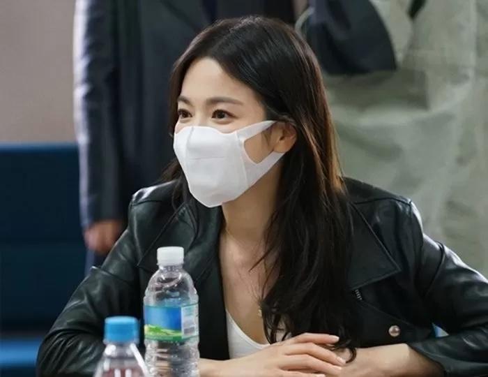 Song Hye Kyo đầy sức sống và chuyên nghiệp trong buổi đọc kịch bản của phim hồi đầu năm. Nối tiếp Now, We Are Breaking Up, sao nữ nhận liền hai phim mới: phim The Glory về đề tài trả thù và một phim thể loại giật gân của đạo diễn Hậu duệ mặt trời.