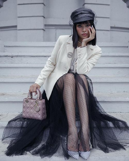 Sau một thời gian bị túi yên ngựa, túi tote vượt mặt, túi Lady Dior được Tiểu Vy cùng nhiều sao Việt ưa chuộng trở lại.