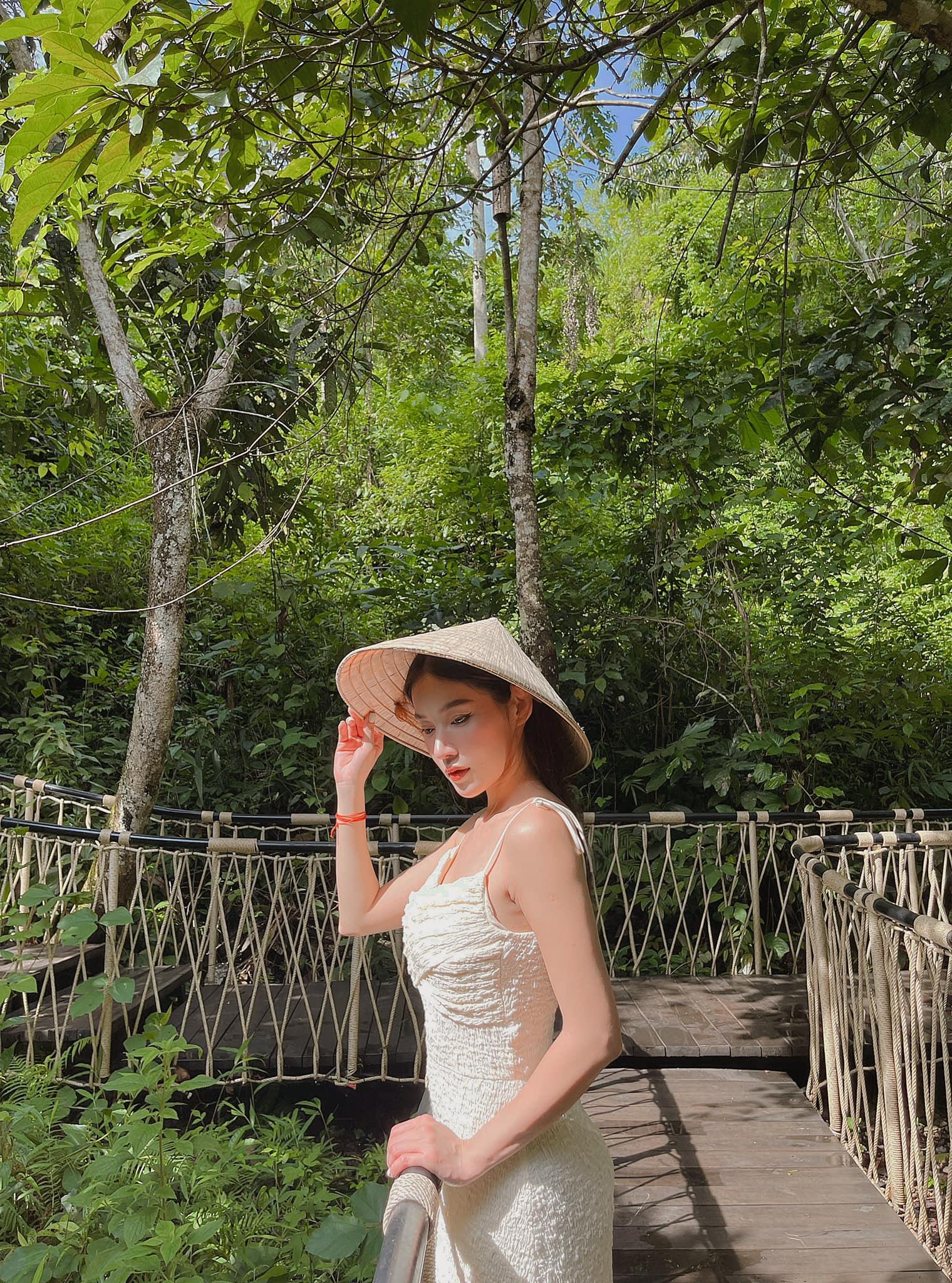 Ngoài ra, khu nghỉ còn hai trải nghiệm là nhặt trứng gà ở chicken farm và tham quan bảo tàng người Thái với những dụng cụ và y phục thời xưa.