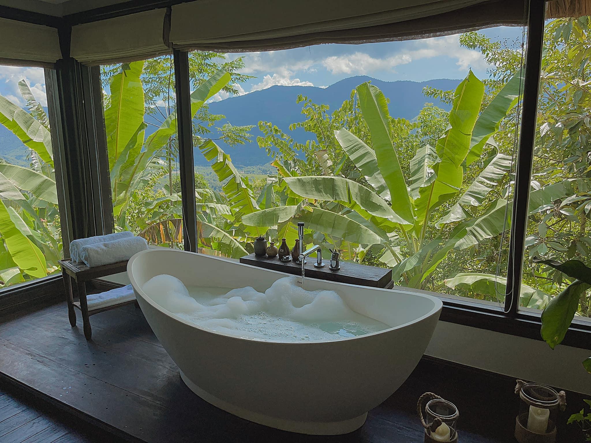 Phòng của nữ diễn viên có bồn tắm view núi rừng, có thể vừa chill vừa ngắm cảnh. Villa có hai phòng ngủ có bể bơi riêng. Tuy nhiên, Milan nhận xét bể bơi chung thiết kế đẹp hơn, có thể chụp hình sống ảo.