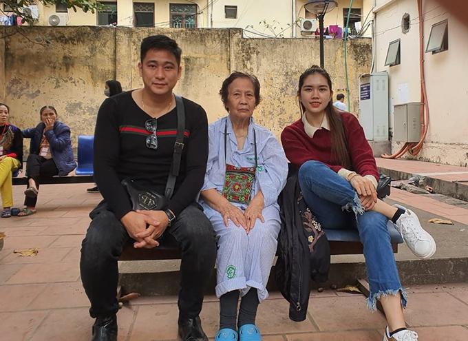 Thùy Dương cùng ông xã đưa mẹ chồng đi viện.