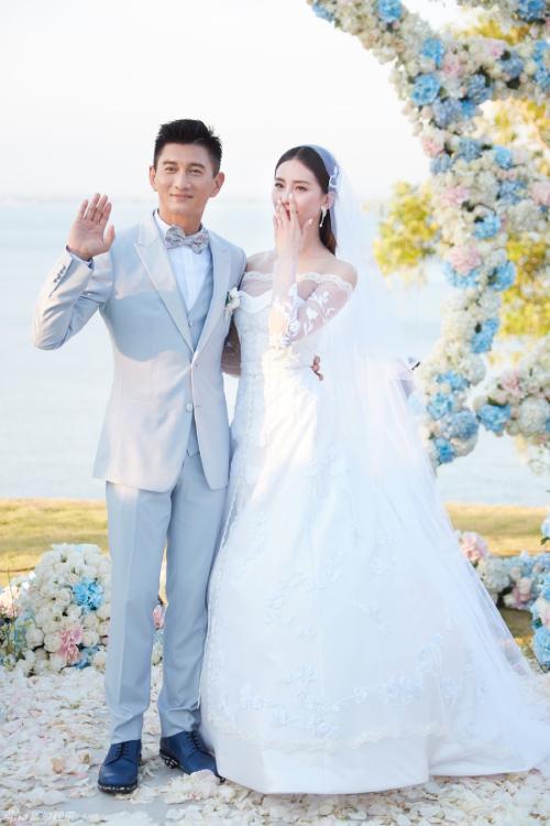 Cô dâu Lưu Thi Thi rơm rớm nước mắt vì hạnh phúc bên chú rể Ngô Kỳ Long trong ngày cưới. Ảnh: Jaynestars