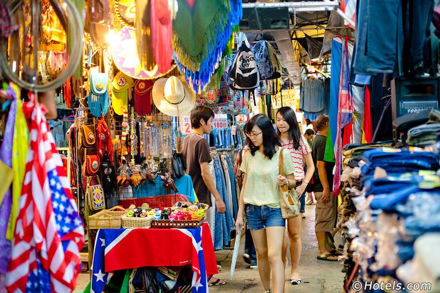 Bên trong chợ Chatuchak. Ảnh: Hotels.com