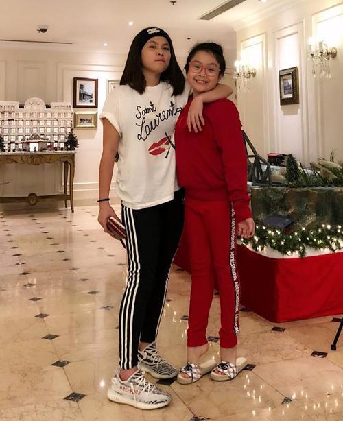 Mẫu áo phông trắng in logo Saint Laurent và khẩu hiệu no smoking mà Khánh Linh diện có giá gần 9 triệu đồng.