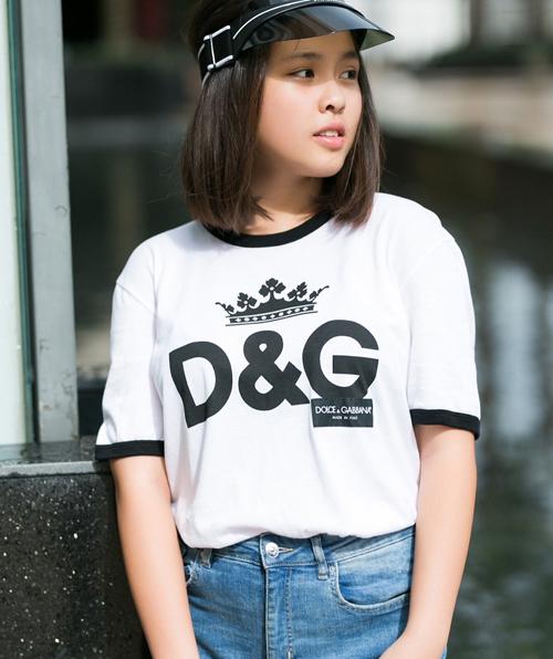 Mẫu áo có mức giá tương tự của Dolce&Gabbana được Mỹ Uyên cắm thùng cùng quần jeans khỏe khoắn.