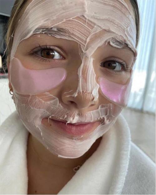 Ở tuổi lên 10, Harper Beckham thành thạo chăm sóc da như người lớn. Công chúa nhà Becks biết dùng hai loại mặt nạ khác nhau, một dạng kem để quét đều khắp mặt và một dạng miếng thạch dành riêng cho vùng da mắt nhạy cảm.