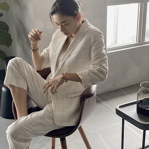 Phong cách menswear tạo nên dấu ấn của Ngô Thanh Vân nhiều năm nay. Người đẹp chuộng những bộ suit dáng suông vừa phải để có hình ảnh công sở chỉn chu nhưng vẫn phóng khoáng, mạnh mẽ.