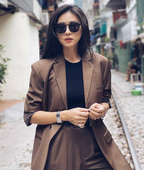 Bên trong, cô thường mix với áo trơn màu để trang phục chỉ có hai màu sắc đơn giản.