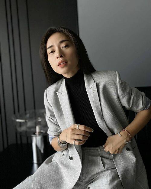 Những bộ suit của Ngô Thanh Vân trông cool ngầu hơn khi cô kết hợp cùng những món trang sức layer nổi bật.