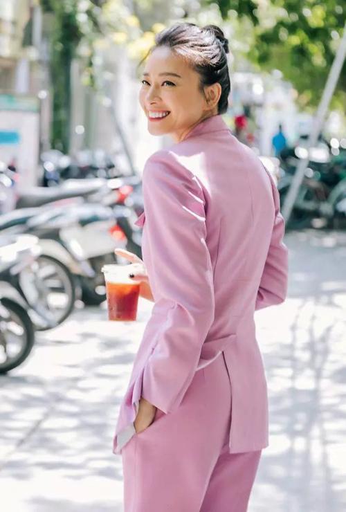 Ngoài màu trung tính, thỉnh thoảng người đẹp cũng đổi gió với các gam màu tươi sáng, trẻ trung, tuy nhiên vẫn đi theo tiêu chí cây suit tối giản.