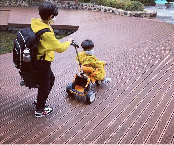 Kim Hyo Jin đăng ảnh hai con.