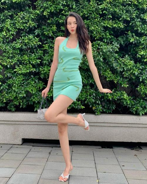 Phí Phương Anh ở nhà thời gian dài nhưng vẫn giữ được vóc dáng gọn gàng, gợi cảm. Trên phố, nàng fashionista nhí nhảnh với bộ đầm bodycon ôm sát đường cong, tông màu xanh ngọc hot trend năm nay.