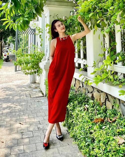 Huyền Lizzie rạng ngời dưới nắng với bộ đầm đỏ rực. Diện thiết kế suông rộng giấu dáng, nữ diễn viên vẫn khoe được thân hình mảnh mai.