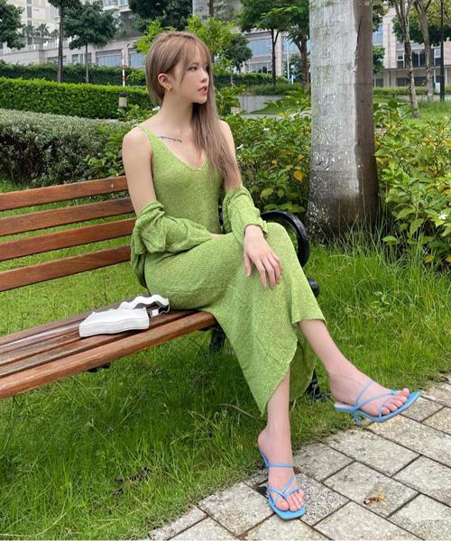 Set váy màu xanh bơ là lựa chọn của Thiều Bảo Trâm để khoe làn da trắng sáng. Sau nhiều tháng chỉ quanh quẩn trong nhà, nữ ca sĩ giờ mới thoải mái chụp hình ngắm cảnh phố phường.