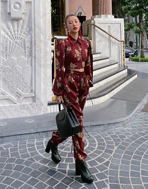 Quỳnh Anh Shyn mừng ngày được ra đường thoải mái bằng set trang phục màu đỏ thẫm, họa tiết đậm chất Á Đông. Cách phối hoa tai tua rua và boots chứng minh cá tính thời trang riêng biệt của người đẹp.