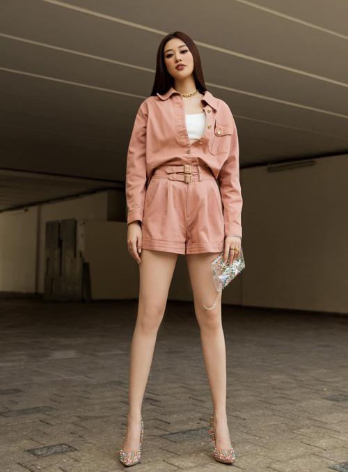 Thiết kế jumpsuit giúp Khánh Vân khoe đôi chân thon thẳng tắp cùng phong cách cá tính trên phố.