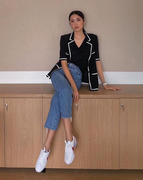Ngoài blazer tay dài truyền thống, Hà Tăng còn có nhiều mẫu áo blazer tay ngắn trẻ trung, phù hợp thời tiết mùa hè. Các kiểu áo khoác này cũng được cô phối theo công thức tối giản hết cỡ.