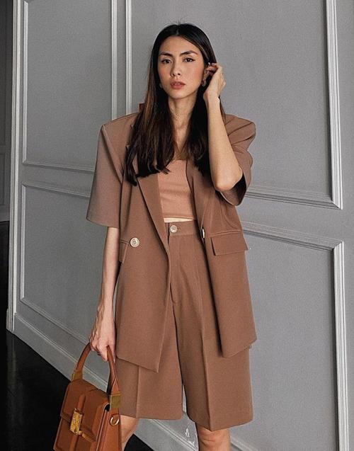 Lối diện đồ monochrome ngoài ưu điểm tinh tế, sang trọng còn có khả năng giúp người mặc trông cao ráo, mảnh mai hơn, thân hình không bị chia khúc.