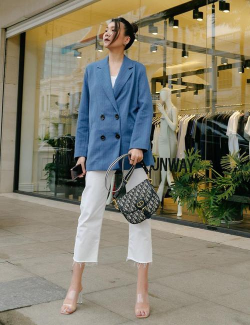 Siêu mẫu có nhiều cách kết hợp blazer với quần suông hay quần lửng, giày thể thao hay giày cao gót giúp vẻ ngoài không nhàm chán.
