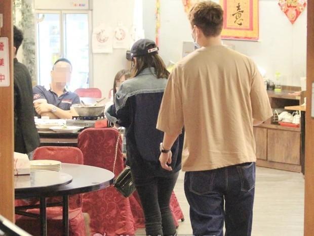 Giả Tịnh Văn vào nhà hàng sau 22h đêm.