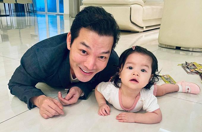 Con gái thứ hai của diễn viên Trần Bảo Sơn và bạn gái doanh nhân tên Trần Bảo Khanh (tên gọi khác: Kendall) mới sinh nhật một tuổi vào tháng 9 vừa qua. Cô bé càng lớn càng có nhiều đường nét giống bố, còn riêng đôi mắt được mẹ nhận xét giống mẹ hơn.