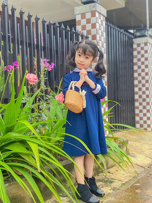 Cô giáo Trí Diễn thích làm điệu cho con bằng những mẫu váy đẹp nhưng giá thành mềm mại. Cô cho biết mình thường săn hàng sale và tái chế đồ si để giúp con gái út có những bộ trang phục đẹp.