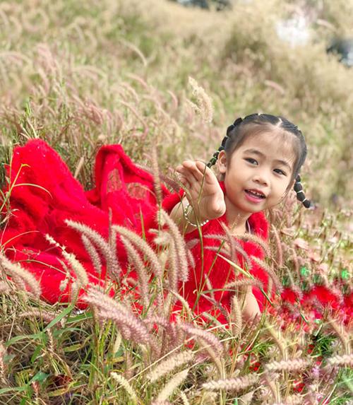 Khi đưa gái gái đi chơi ở vùng ngoại ô, cô giáo Trí Diễn thường chọn những mẫu váy sắc màu nổi bật để tạo điểm nhấn.