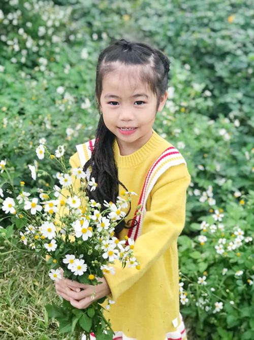 Nhờ khả năng mix-match trang phục ăn ý của mẹ, bé Khánh Hà luôn nhận được nhiều lời khen về phong cách ăn mặc hợp mùa.