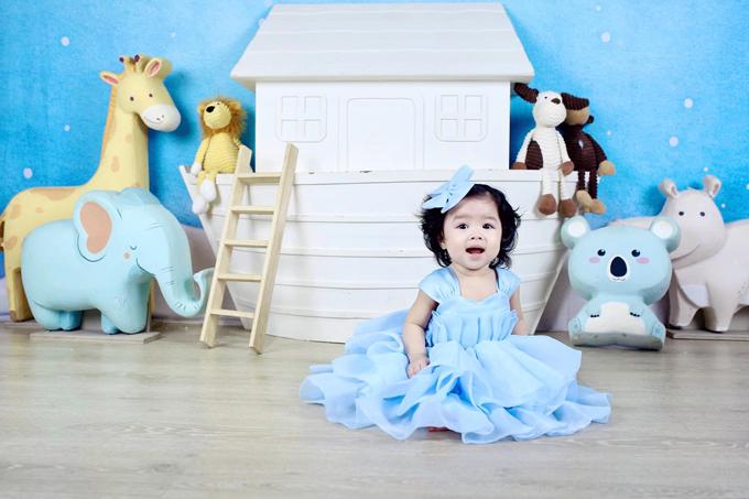 Bảo Khanh được mẹ đưa đi chụp hình lúc mọc chiếc răng đầu tiên. Tuy nhiên cô bé không chịu cười khoe rõ răng như ý muốn của mẹ.