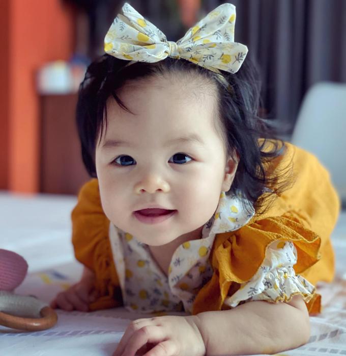 Em có mái tóc xoăn tự nhiên, không cần uống lọn hay sấy. Với Trần Bảo Sơn, sự ra đời của con gái Bảo Khanh là điều kỳ diệu. Từ bé xíu, em đã thích nghe mọi người nói chuyện và lanh lẹ.
