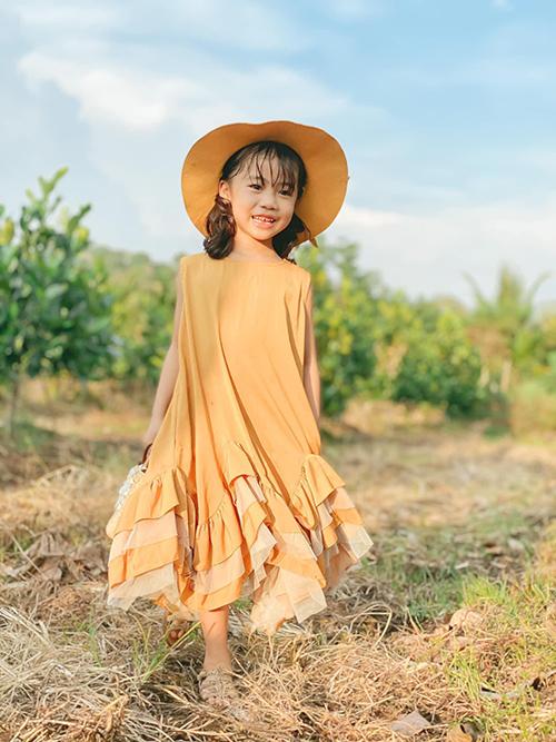 Bé Khánh Hà 6 tuổi được mẹ chăm chút cho phong cách cá nhân bằng những món đồ giá bình dân, hợp xu hướng và lứa tuổi.