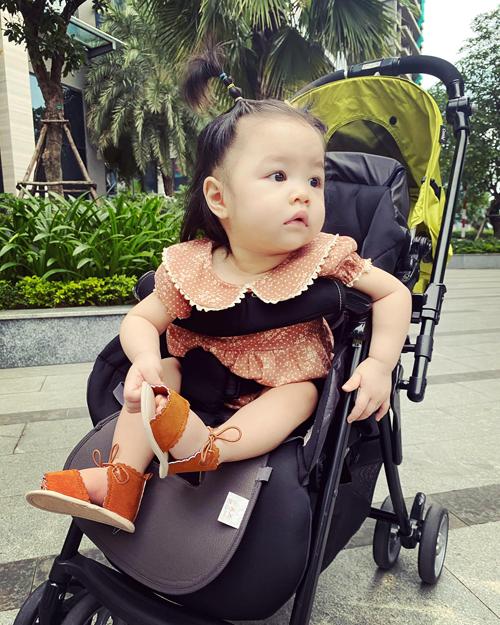 Do sinh ra vào mùa dịch nên bé Bảo Khanh hầu như chỉ quanh quẩn ở nhà với mẹ. Thi thoảng, cô bé mới được ra ngoài lúc dịch bệnh được kiểm soát ở TP HCM. Còn bố em sang Mỹ đã một năm và mắc kẹt nên chưa về được với con.