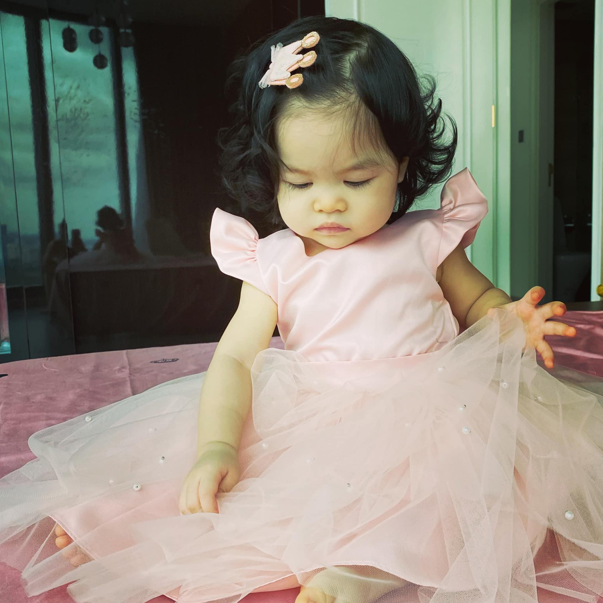 Ở nhà, mẹ hay lên đồ cho Bảo Khanh như công chúa nhỏ với đủ loại váy vóc. Ngoài việc chăm chút từng bữa ăn, cô bé được mẹ cho nghe nhạc thiếu nhi... đế phát triển trí não.