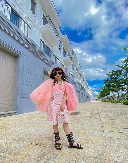 Set đồ thu đông với cách mix đồ ton-sur-ton hồng cho áo lông, váy liền thân khi tiết trời cao nguyên bắt đầu se lạnh.