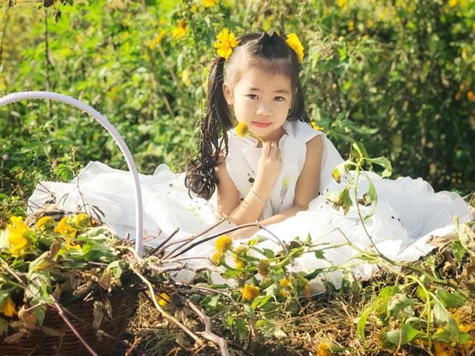 Khánh Hà yêu thích thời trang và luôn hào hứng trước cách chọn lựa trang phục cũng như mix đồ của mẹ.