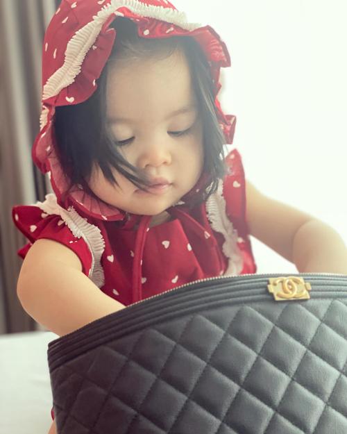 Cô bé đã biết nghịch đồ trong túi của mẹ nhưng vì tay bả điệu nên mẹ không nỡ phạt.
