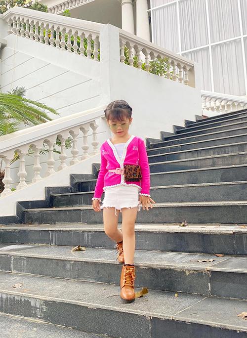 Bên cạnh các kiểu váy vintage nhẹ nhàng, những mầu quần short, chân váy ngắn, quần skinny cũng được Trí Diễn sử dụng cho con gái.