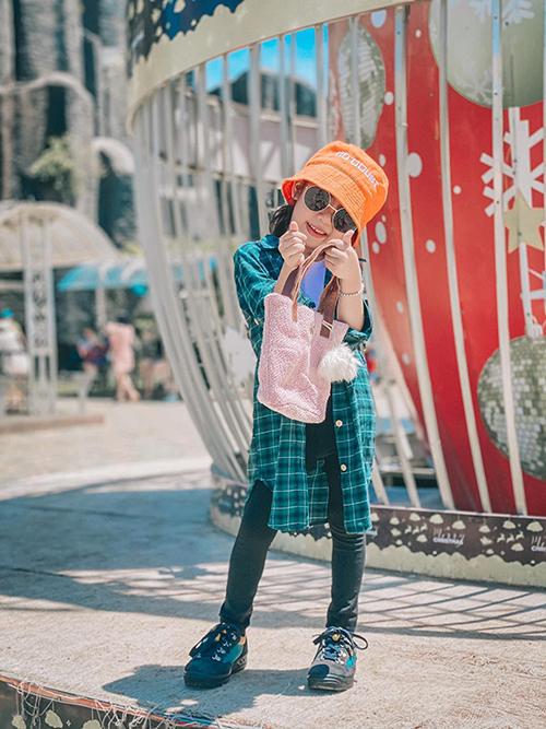 Phong cách thời trang dạo phố của bé Khánh Hà với nét cá tính, năng động cùng quần jeans, áo sơ mi dáng rộng và giày thể thao.